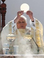 Papa Bento XVI elevando a hóstia