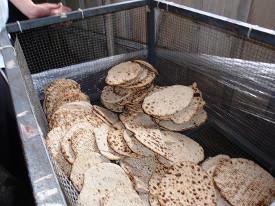 Matzá, o pão ázimo, saindo do forno (foto de Ariel Palmon)