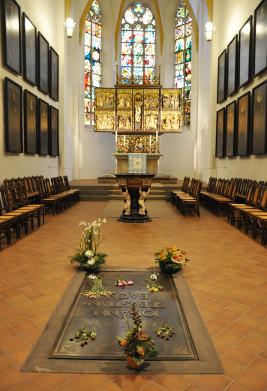 Túmulo de Bach, dentro da Thomaskirche de Leipzig (foto de Andreas Praefcke)