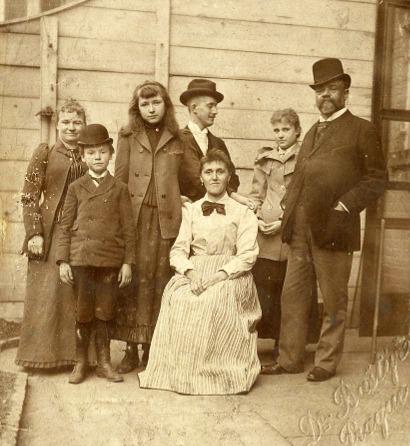 Nova York, 1893. Da esquerda para a direita: Anna (esposa), Antonín II (filho), Sadie Siebert (amiga), Josef Jan Jovařík (secretário), mãe de Sadie (amiga), Otilie (filha) e o compositor Antonín Dvořak
