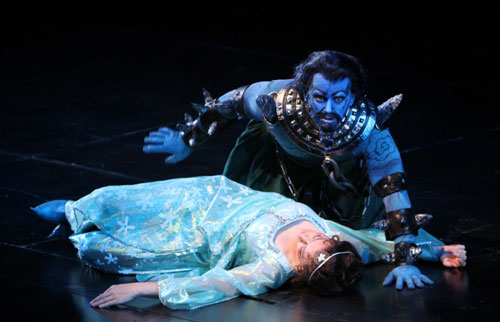 Doug Jones (Monostatos) com Christine Brandes (Pamina) na Ópera de Seattle (2011).